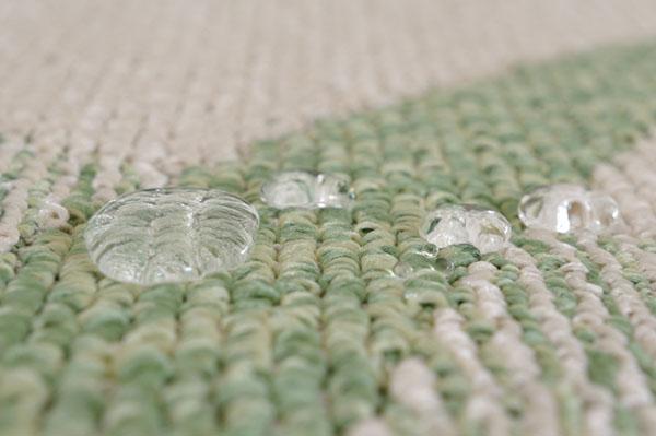 撥水ダイニングラグ グリーンは、水分を弾き、汚れにくくなっています。