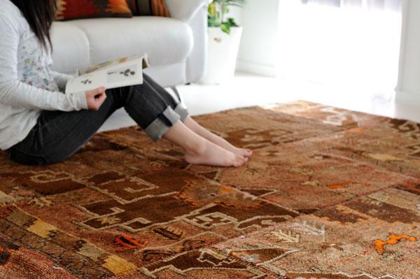 アーティスティックなデザインのオールド絨毯パッチワーク。